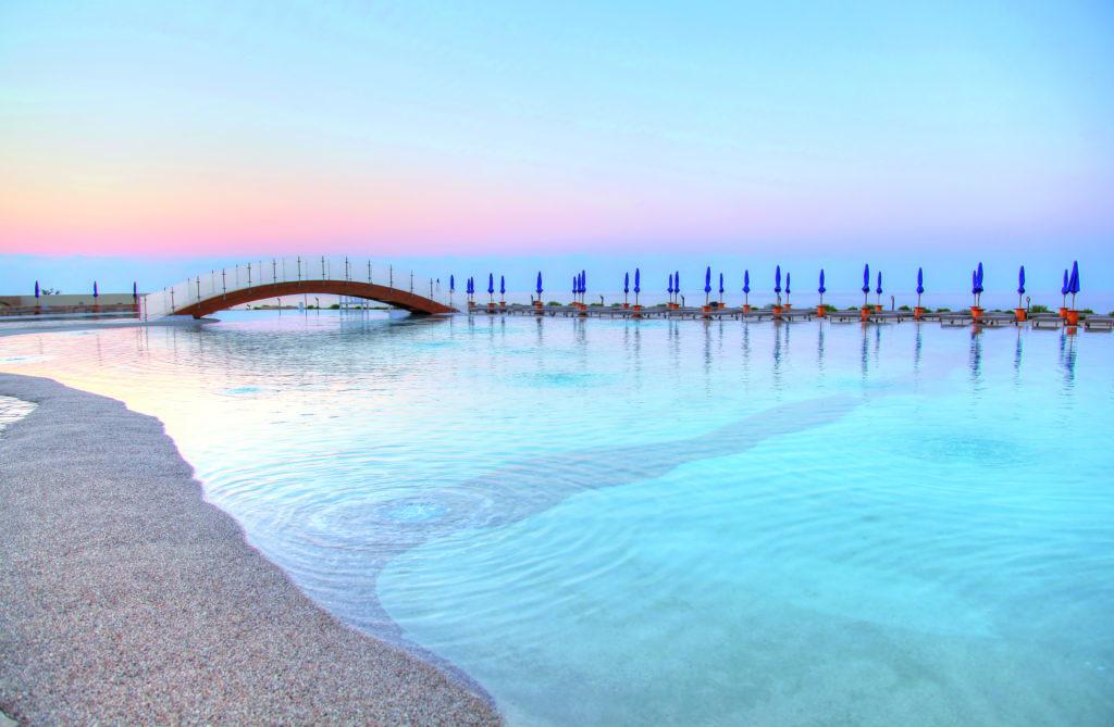 piscina interrata naturale con ponte